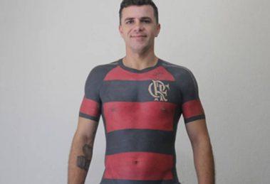 467e83b799710 Torcedor do Flamengo tatua camisa da equipe em tamanho real